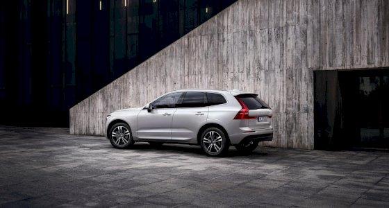 Volvo_XC60_Momentum_Pearl_White_graue_Betonwand_TIM00615_processed.jpg