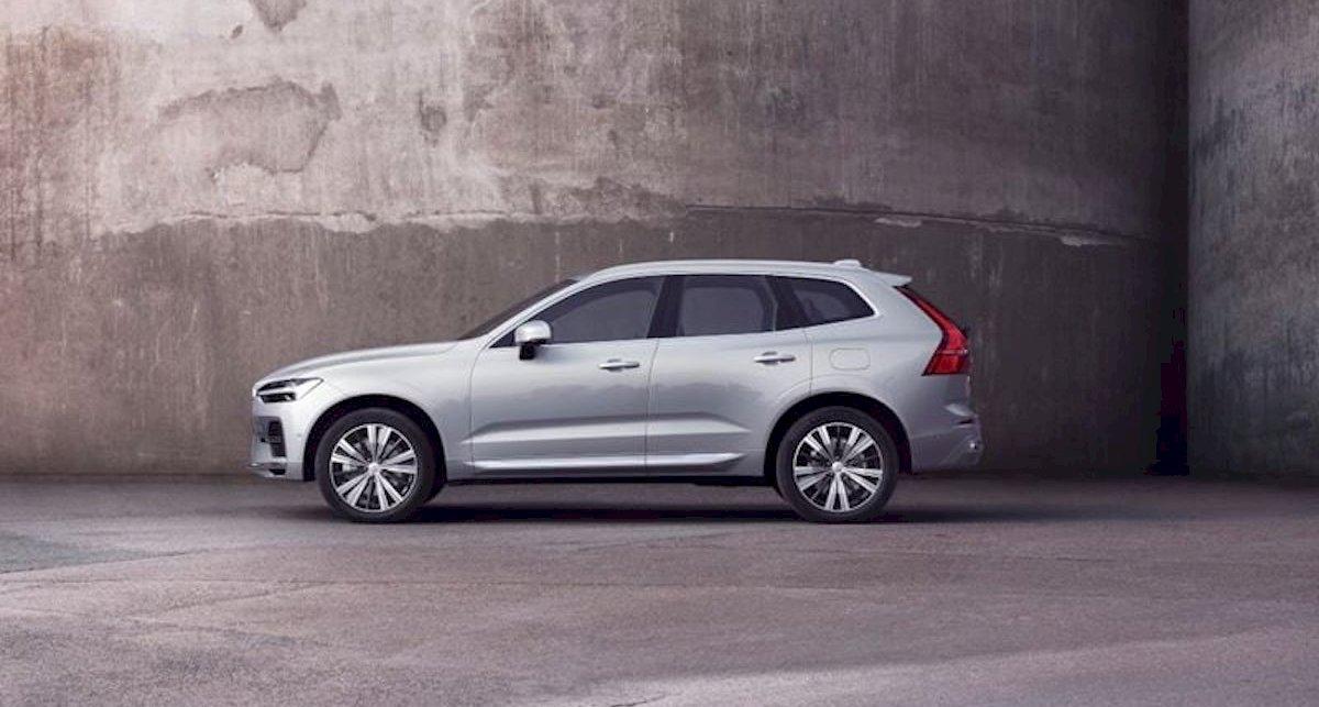 Grauer Volvo von einer grauen Wand.