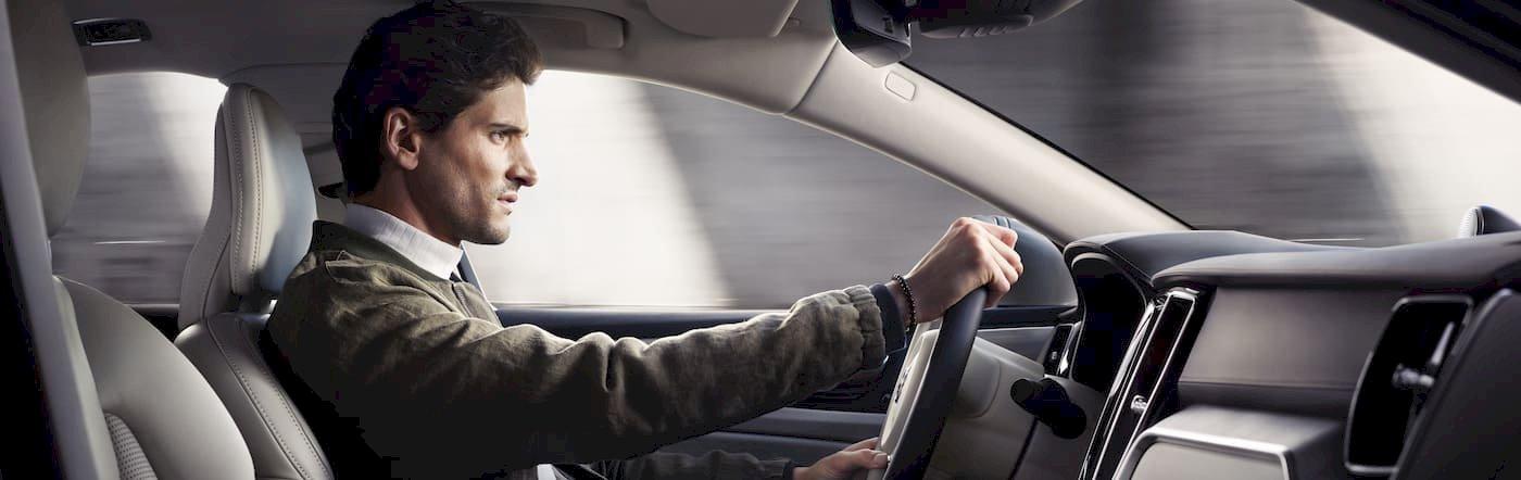 Mann fährt in einem Volvo mit Blick nach vorne