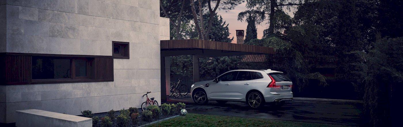 Hero_Volvo_XC60_R_Design_PHEV_unter_Carport_processed.jpg