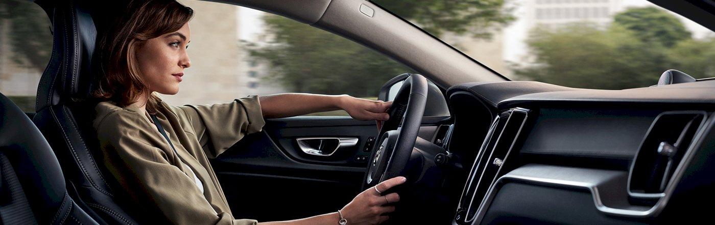 Frau sitzt am Steuer eines Volvo