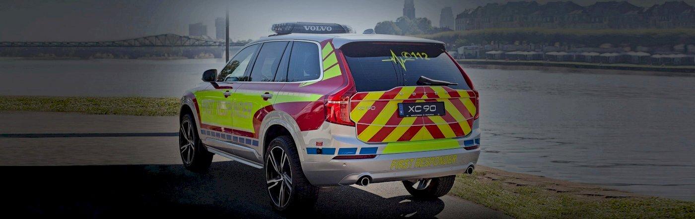 Volvo Einsatzfahrzeug steht an einem Fluss - Heckschuss