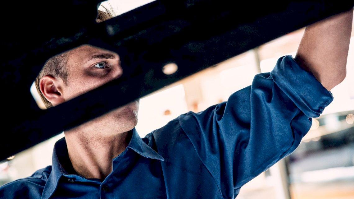 Mechaniker arbeitet an einem Volvo in einer Werkstatt