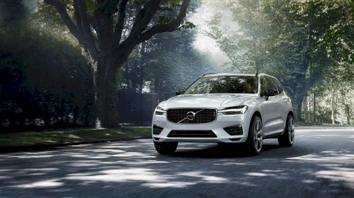 Volvo_XC60_R_Design_Crystal_White_Waldfahrt_TIM00241_processed.jpg